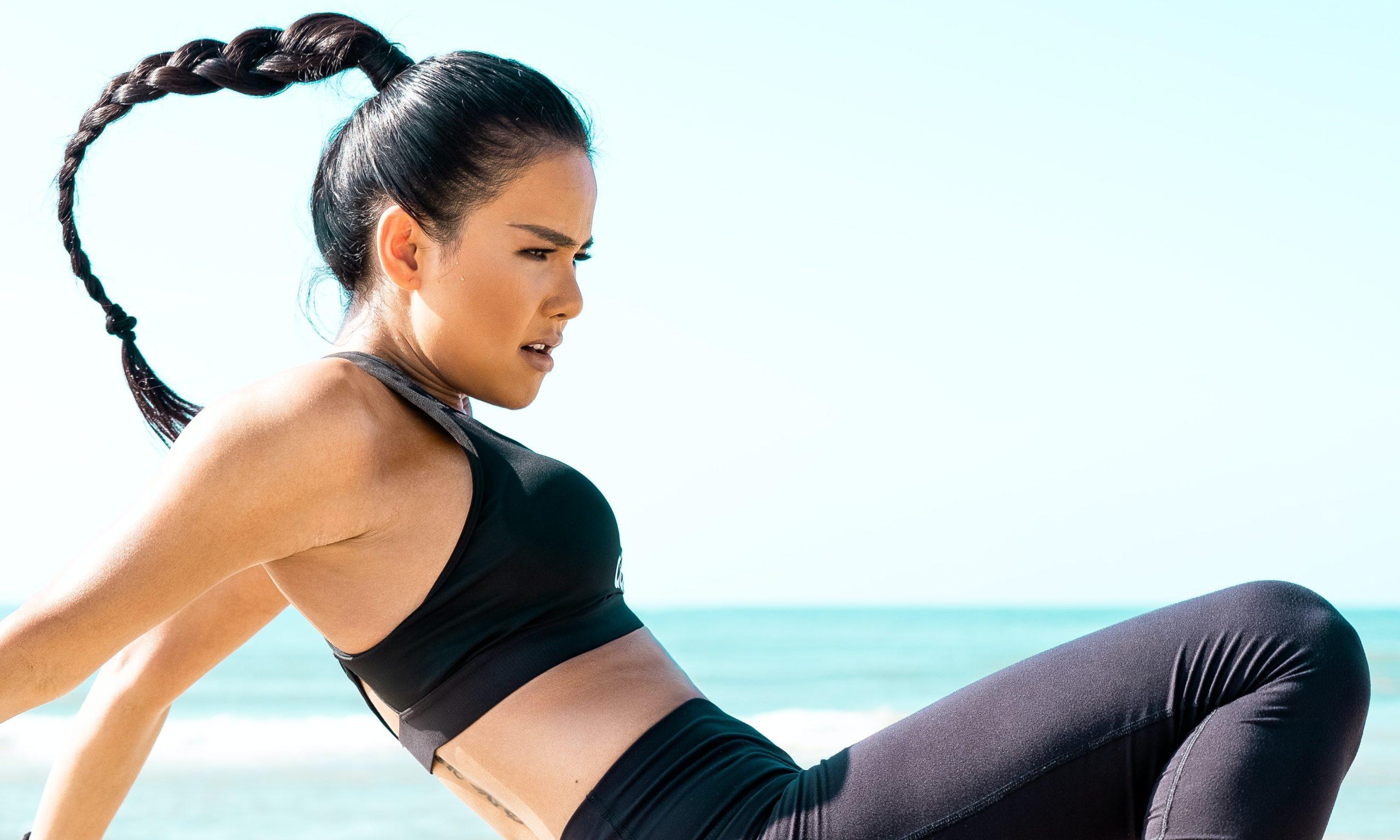 女性がダイエットのためにトレーニングをしている