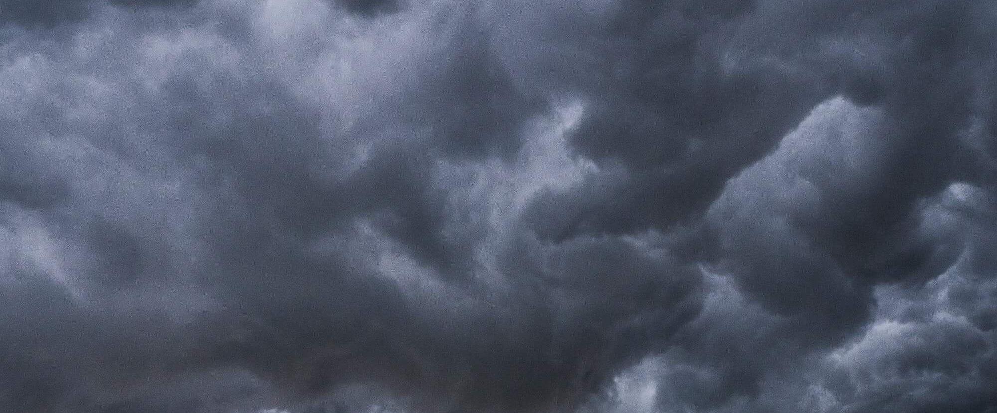 不快さを表す雲画像
